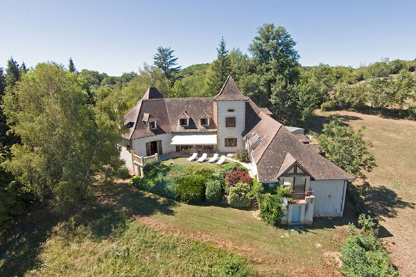 Charming holiday home, with an indoor pool, next to the Dordogne river. Stunning views. Sleeps 8. Perfect for 1 or 2 families.