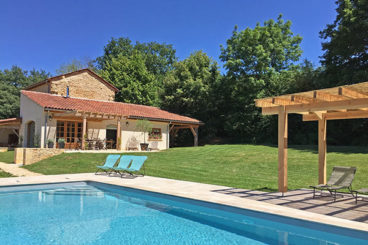 Attractive recently renovated villa with beautiful views in the south of the Dordogne.