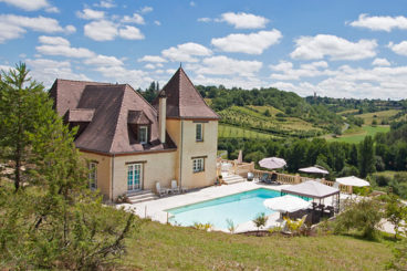 Holiday villa with separate apartment with breathtaking views of Belves Dordogne. Sleeps 15