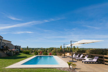 Luxury holiday home on the border of Dordogne and Lot with beautiful pool, fantastic views and a 1979 2cv. With private pool and jacuzzi. Sleeps 5