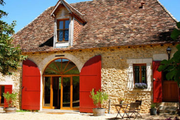 Beautiful, 16th century holiday home on a romantic spot. With a heated private pool and not far from the airport of Bergerac.