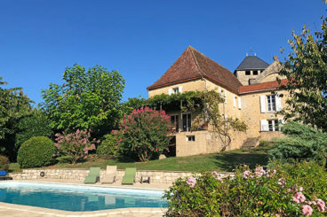 In a magical location on the bank of the Dordogne river, you can find this romantic holiday home with private swimming pool.