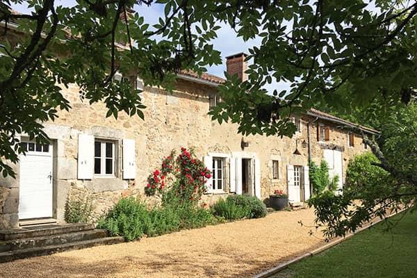 Geweldig vakantiehuis vol charme uit de 18e eeuw met privé zwembad. Gelegen op een zeer beschutte locatie met prachtig uitzicht. Op loopafstand van dorp. 8-10 personen.